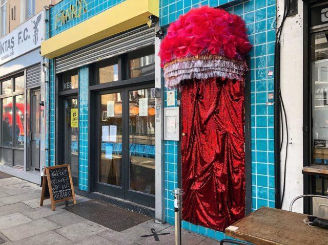 ロンドンを散策していたら、インスタ映えする赤い入口発見。どうやらケバブ屋さんのようです。イギリス・ロンドン#テレサーチ #撮影コーディネーター #撮影コーディネート #ロンドン  #派手 な  #ケバブ屋 #海外ロケーション #telesearch #filmcoordinator #media #productioncoordinator #filmproduction #London #reddoor #locationphoto #tv