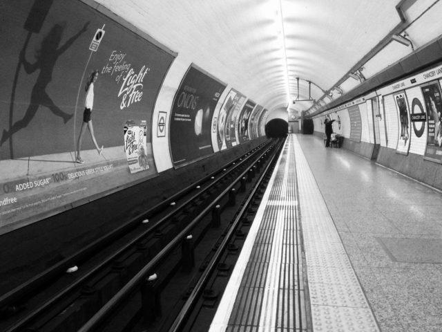 【ロンドンの地下鉄はチューブです】ロンドンの地下鉄は、今も昔も変わることなく、人々から「チューブ」の愛称で親しまれています。諸外国の言葉で、地下鉄はアンダーグラウンドだったり、メトロだったり、サブウェイだったりするかと思いますが、ロンドンでは絶対に「チューブ」です。もしロンドンで「サブウェイはどこですか?」と聞いた日には、サンドイッチのファーストフードチェーンに案内されてしまうので要注意です。 チューブの愛称の由来は至ってシンプルで、トンネルの形状が円筒形のチューブ状だったからだそうです。1863年の開通当初の地下鉄は、今のように電気動力ではなく、もくもくと煙が出る蒸気機関車が地下を走っていました。その為、絶えず煙や蒸気をトンネルの外に排出するシステムを考える必要があり、浅く掘るカットアンドカバー工法で建設が進められました。この工法により出来上がった地下トンネルが長いホース状のチューブの様な形状をなしていたことから、1890年頃にチューブというニックネームが定着したそうです。今日では、地下トンネルだけでなく、地下鉄車内やプラットフォーム、乗り換えコンコースも円形のアーチを描き、いたるところが丸く設計されています。 見かけはとても可愛いロンドンのチューブですが、車両も丸くカーブしているため、背の高い人がドアのそばに立つのは少々困難です。電車が混み合う時間帯、車両のカーブに合わせて体を丸く傾けて立っている人々の姿もチューブならではの光景です。 それを見ていると、ロンドンの地下鉄は、やはりアンダーグラウンドでもメトロでもサブウェイでもなく、チューブなのだなぁと実感します。 次のロンドンロケでは、一緒に体を丸く傾け、チューブに揺られて移動してみましょう! #テレサーチ #撮影コーディネーター #撮影コーディネート #ロンドン #ロンドンチューブ  #地下鉄 #海外ロケーション #telesearch #filmcoordinator #media #productioncoordinator #filmproduction #London #londontube #locationphoto #tv