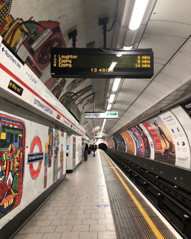 【ロンドンのチューブは遅れます】パンデミックの影響で、ここ1年間Working from homeが一般的になりました。日本ではテレワークというのでしょうか… いわゆる在宅勤務のことです。その為、通勤時の満員電車や、しょっちゅう遅れるチューブ(地下鉄)にいらいらすることもなくなりました。ロンドンのチューブは、世界最古の地下鉄です。およそ150年前に開通しました。想像するに、当時はすごく近未来的な乗り物だったに違いありません。そもそもイギリスは鉄道発祥の国。1825年、産業革命で栄えたイングランド北部ストックトン・ダーリントン間で、世界で最初の旅客用蒸気機関車が開通しました。続いて1830年にはリバプール・マンチェスター間で開通。レール幅の世界基準をスチーブンソンゲージと呼ぶそうなのですが、これは、イギリスの鉄道開発を指揮した「鉄道の父」ジョージ・スチーブンソンに由来します。輝かしい過去を誇るイギリスの鉄道ですが、現在では、ダイヤの乱れは日常茶飯事、欠便になることも多く、イギリスロケでは鉄道を使わないのが鉄則です。日本の鉄道とはレベチです。そもそも日本の鉄道は、イギリス人助っ人の技術力に助けられて開通したというのに、現在では、日本の鉄道の定時制には一切太刀打ちできない状態です。チューブも遅れることが前提なので、遅延のアナウンスもウィットに富んだ冗談交じりで、日本的な丁重な謝罪とは異なり、ほぼ開き直った感じです。出勤時にチューブが遅れ、同僚とチューブの文句を言いあった日々。今では、ちょっと懐かしい光景です。#テレサーチ #撮影コーディネーター #撮影コーディネート #ロンドンチューブ #地下鉄 #海外ロケーション #telesearch #filmcoordinator #media #productioncoordinator #filmproduction #London #londontube  #locationphoto #tv