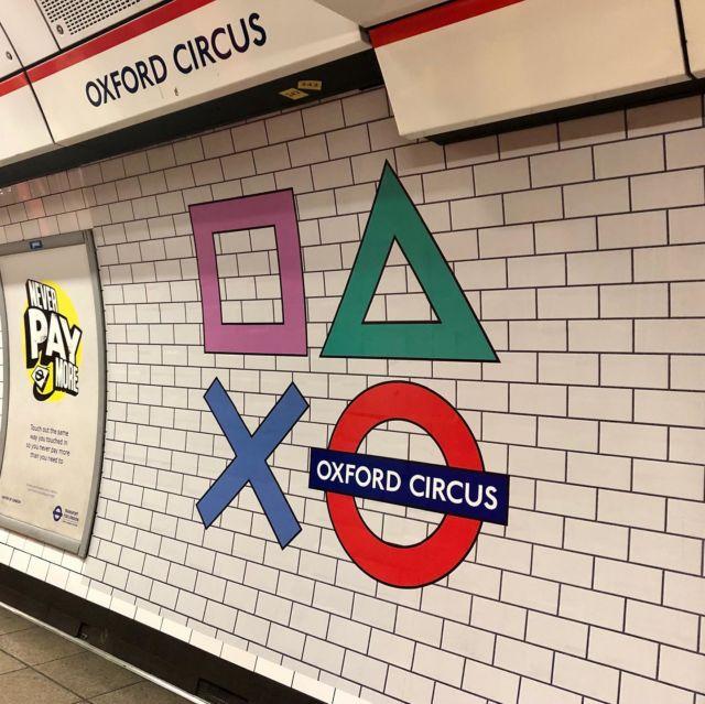 【撮影コーディネーターもびっくり、ロンドンチューブのサプライズ】昨年11月某日。ロンドン・オックスフォードサーカス駅のホームに降り立ったテレサーチ ・コーディネーターは、チューブ(地下鉄)の赤丸ロゴに、四角、三角、×が描き足されて るのを発見しました。いたずら?改札を出て地上に上がると、更に見慣れぬ光景が... オックスフォードサーカスはロンドン のショッピング街の中心で、東京でいう渋谷のスクランブル交差点に相当する場所なのです が、交差点の四隅にあるチューブの入り口に、これまた、四角、三角、×に衣替えした地下 鉄の看板がお目見えしていました。実はこのサプライズ、プレステ5の発売を記念した、SONYとロンドンチューブの期間限定 コラボだったのです。ロンドンチューブのアイコニックな赤丸ロゴに、プレステのコントロ ーラーボタンをポップにあしらったデザイン。ピンクや緑の色味も可愛いく、意外にしっく りくきているね、と、テレサーチ・コーディネーターの間でも、ちょっと話題になりました 。ロンドン市内の他のチューブの駅も、 プレステ5向けの最新ゲームにちなんで、駅名が期 間限定で変更されました。例えば、Miles End駅は、人気のスパイダーマンシリーズ Marvel's Spider-Man: Miles MoralesをもじってMiles Morales駅に、Seven Sisters駅は、人 気ゲームの最新作Gran Turismo 7 にちなんでGran Turismo 7 Sisters駅に改名。期間限定と はいえ、土地勘のない人にとってはナイトメア。悪ふざけともとれるような 戦略を、笑 って引き受けるロンドンの地下鉄の懐の深さ。現行パンデミックで、地下鉄に乗る人が少な いというのも確かですが、国によっては通じるか通じないかギリギリのラインが、ここイギ リスではユーモアと受け入れられるのです。2018年のサッカーW杯の後には、約20年ぶりにイングランドを大会4位に導いた監督 ガレス・サウスゲートを讃え、Southgate駅がGareth Southgate駅に変更。結構定期的にこ ういった企画を催すロンドンのチューブは、いくら遅延しようとも、ロンドンっ子達が愛し てやまない、ロンドン屈指の公共交通なのです。 ・ ・ ・ #テレサーチ #撮影コーディネーター #撮影コーディネート #ロンドンチューブ #地下鉄 #海外ロ ケーション #telesearch #filmcoordinator #media #productioncoordinator #filmproduction #London #londontube #locationphoto #tv